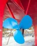 Blauer Segelbootpropeller in einem roten Rumpf Lizenzfreies Stockbild