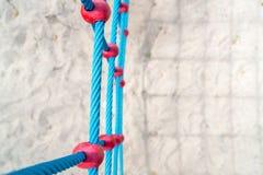 Blauer Seilkletterwand gegen Sand Stockbild
