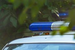 Blauer Sirenenblitzgeber auf dem Polizeiwagen Blitzlicht und Sirene auf dem Notauto Polizei signalisiert Stockfotografie
