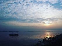 Blauer Sonnenaufgang Stockfoto