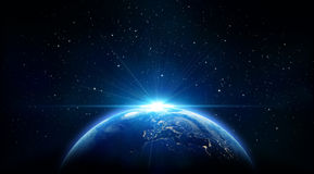 Blauer Sonnenaufgang, Ansicht von Erde vom Raum Stockbild