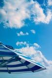 Blauer Sonnenschirm unter Himmel lizenzfreies stockfoto