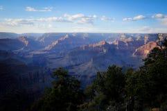 Blauer Sonnenuntergang auf abgefressenem Felsen von Grand Canyon Stockfoto