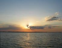 Blauer Sonnenuntergang auf dem Amazonas-Fluss Lizenzfreie Stockfotos