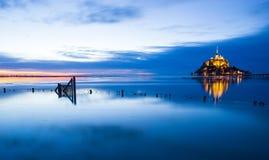 Blauer Sonnenuntergang Mont-Heilig-Michel lizenzfreie stockfotos