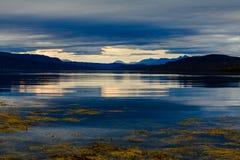 Blauer Sonnenuntergang in Norwegen stockfotos