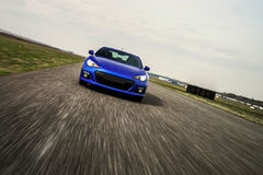 Blauer Sportwagen auf Rennweise Stockbilder