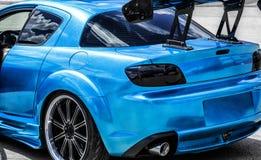 Blauer Sportwagen auf Rennweise Nahaufnahmegefangennahme stockbilder