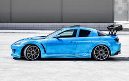 Blauer Sportwagen auf Rennweise Nahaufnahmegefangennahme stockfotografie