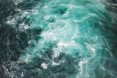 Blauer stürmischer Meerwasser-Oberflächenhintergrund Lizenzfreies Stockfoto