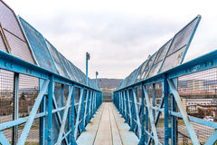 Blauer Steg über Eisenbahn lizenzfreies stockbild
