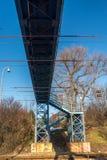 Blauer Steg über Eisenbahn stockfotografie