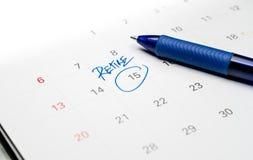 Blauer Stift schreiben das Wort sich zur?ckziehen auf wei?em Kalender lizenzfreies stockfoto