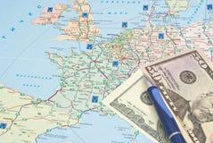 Blauer Stift und Geld auf europäischer Karte Stockbild