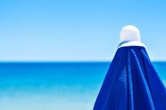 Blauer Strandregenschirm Stockbilder