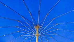 Blauer Strandregenschirm Lizenzfreies Stockfoto