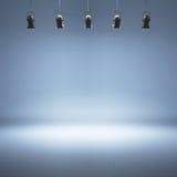 Blauer Studiohintergrund mit Scheinwerfern Lizenzfreies Stockbild