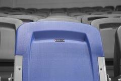 Blauer Stuhl auf dem Stadion aufgehoben für 007 Stockbilder