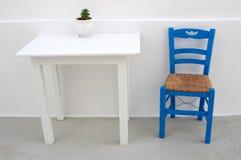 Blauer Stuhl auf griechischem Patio Stockfotos