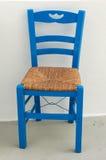 Blauer Stuhl auf griechischem Patio Lizenzfreie Stockbilder