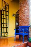Blauer Stuhl in der Terrasse Lizenzfreies Stockfoto