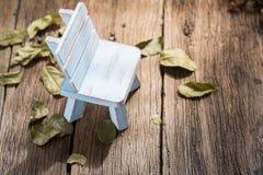 Blauer Stuhl im Herbst Stockbild