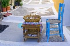 Blauer Stuhl und wenig Tabelle Stockbild