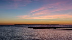Blauer Stundensonnenuntergang mit hellen Wolken und rosa und orange Farben über dem Pazifischen Ozean im Orange County, Kaliforni lizenzfreie stockfotos