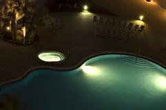Blauer Swimmingpool mit Leuchten Stockfotos