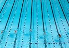 blauer Swimmingpool mit Schwimmer lizenzfreie stockfotografie
