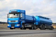 Blauer Tankwagen Renault Premiums 460 auf der Straße Stockfoto