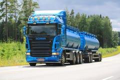 Blauer Tankwagen Scanias R500 auf der Straße Lizenzfreie Stockfotos