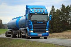 Blauer Tankwagen Scanias R500 auf der Straße am Frühling Stockfotos