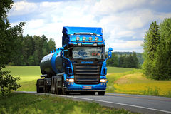 Blauer Tankwagen Scanias R500 auf der Straße am Sommer Stockfotos
