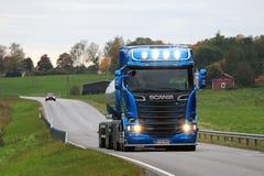 Blauer Tankwagen Scanias R580 auf Dusktime-Straße Lizenzfreie Stockfotos