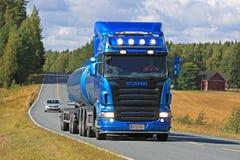Blauer Tankwagen Scanias R500 auf Landstraße Stockfotos