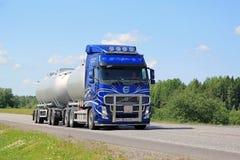 Blauer Tankwagen Volvos FH auf Sommer-Landstraße Lizenzfreies Stockbild