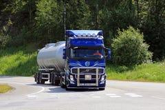 Blauer Tankwagen Volvos FH am Straßen-Schnitt Stockfoto
