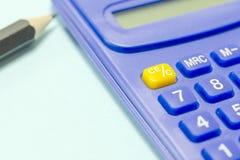 Blauer Taschenrechner und Bleistift Lizenzfreies Stockfoto