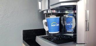 Blauer Tasse Kaffee mit Kaffeemaschinemaschine lizenzfreies stockbild
