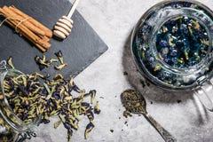 Blauer Tee auf Tabelle stockbilder