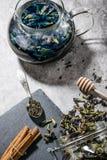 Blauer Tee auf Tabelle stockbild