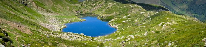 Blauer Teich im Grün von Pyrenäen Lizenzfreie Stockfotos