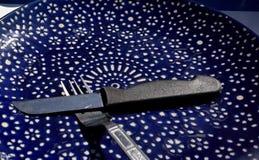 Blauer Teller mit Tischbesteck Stockfotografie