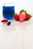 Blauer thailändischer Tee mit Erdbeeren und trocknen gemalt Stockbild