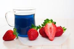 Blauer thailändischer Tee und Erdbeeren Lizenzfreies Stockfoto