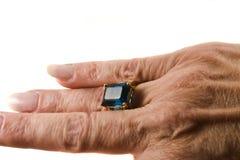 Blauer Topazring an Hand Lizenzfreie Stockfotos