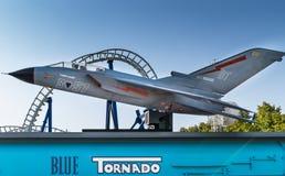 Blauer Tornado im Gardaland-Vergnügungspark Stockbild