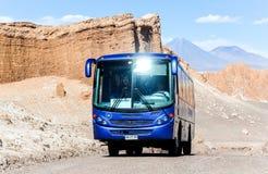 Blauer touristischer Bus am Hintergrund des Amphitheaters Lizenzfreie Stockfotos