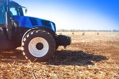 Blauer Traktor auf einem Gebiet Stockbild